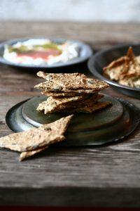 קרקרים מושלמים מקמח חומוס וכוסמין