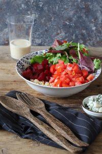 סלט קינואה עם סלק, עגבניות, גבינת רוקפור ורוטב טחינה חרדל